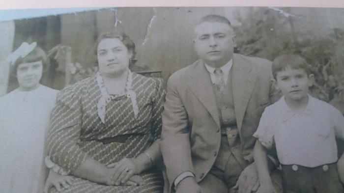 Foto de meus avós, Joaquim e Izabel da Costa Oliveira.Ele, nascido em Junqueira.Minha avó, tio e minha Mãe no Brasil.Maria Inah, 86 anos mora em Pelotas.